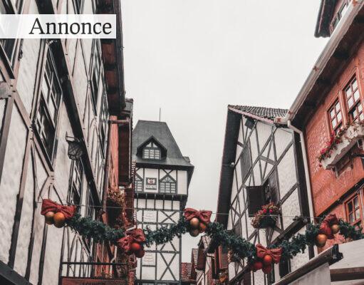 Julepynt i smalle gader.